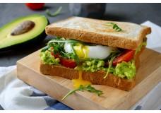 Сендвіч з авокадо і яйцем-пашот