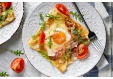 Млинці з яйцем і беконом на сніданок
